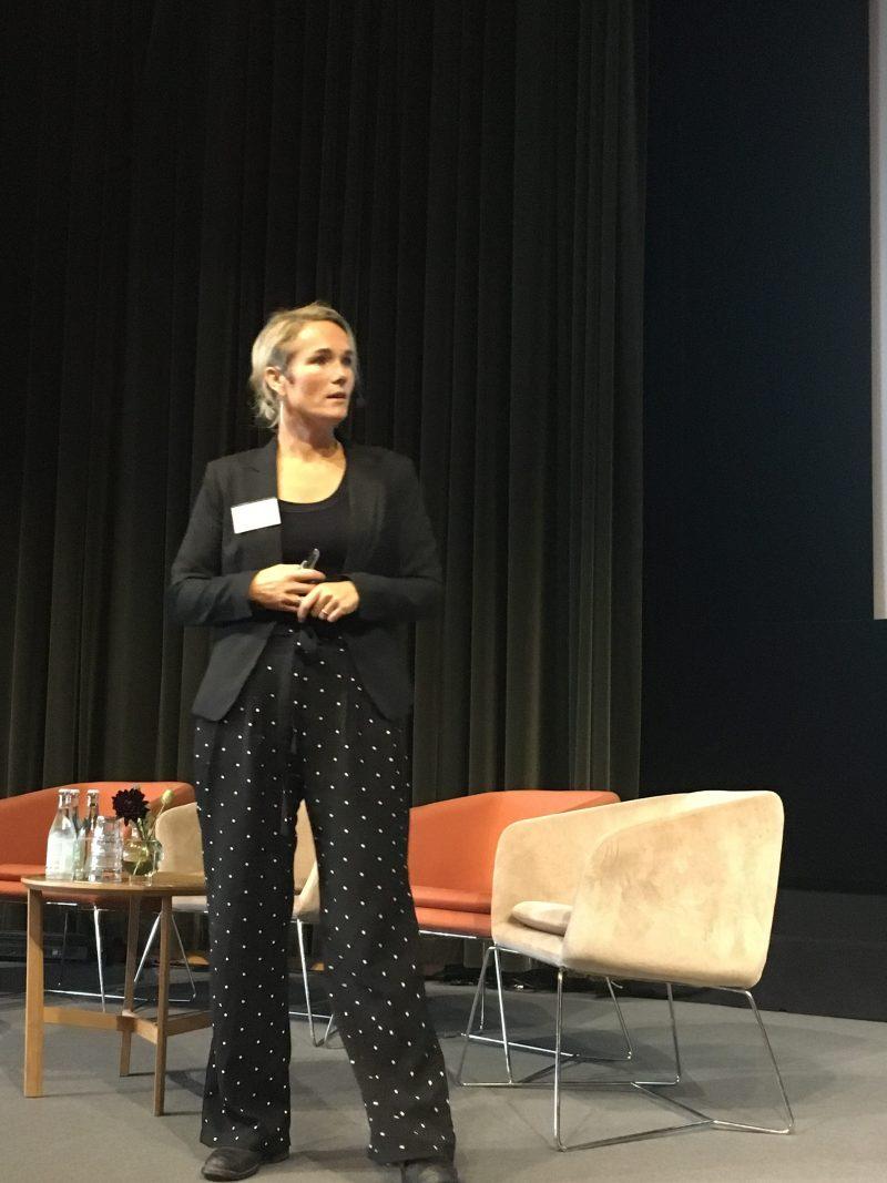 Johanna Lundin på scen och föreläser.