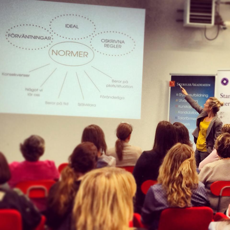 Johanna Lundin diskuterar normer.